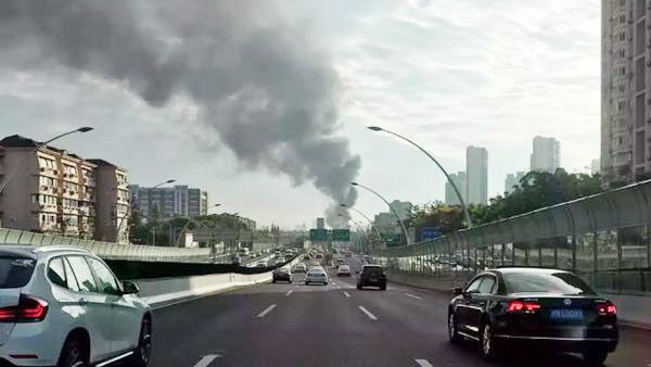 上海徐汇区一工地突生火情  浓烟滚滚数公里外可见