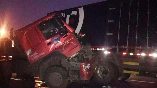 今凌晨外环半挂车与顺丰快递车相撞 一名司机当场身亡