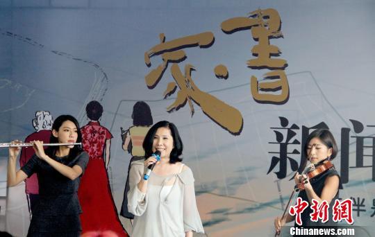 知名女歌手<a href='http://search.xinmin.cn/?q=李度' target='_blank' class='keywordsSearch'>李度</a>携手另外两位女主演现场献歌。 张道正 摄