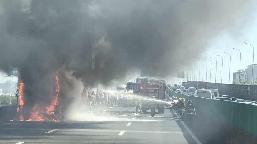 今晨沪昆高速一大巴自燃 现场火势较大浓烟滚滚