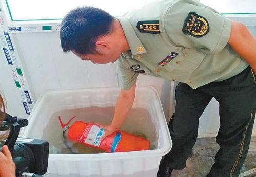 济南一家消防器材维修店被查 灭火器用水一泡竟