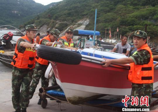 """台风""""<a href='http://search.xinmin.cn/?q=泰利' target='_blank' class='keywordsSearch'>泰利</a>""""邻近浙江温州边防积极行动备战台风"""