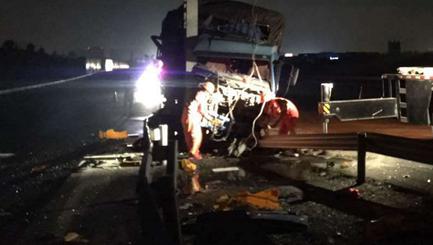 沈海高速货车今晨撞金属杆 司机奇迹无恙