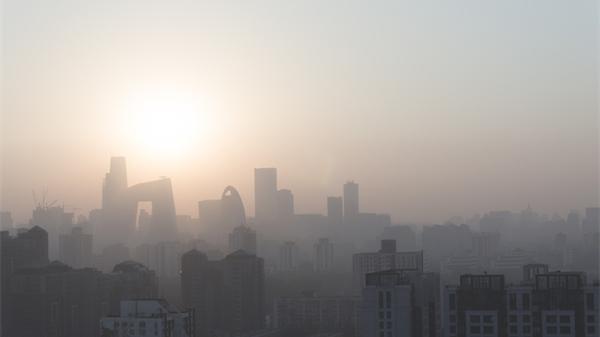 环保部:1至8月全国PM2.5浓度同比降2.3%