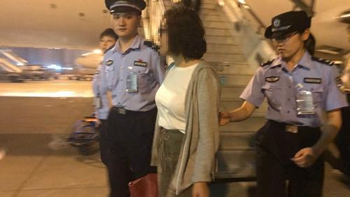 女子侵占30万元外逃取得美国籍 16年后被上海警方劝返