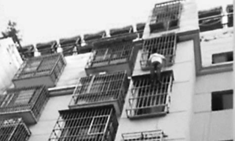 徐州小伙徒手爬5楼 救防盗窗卡头男童