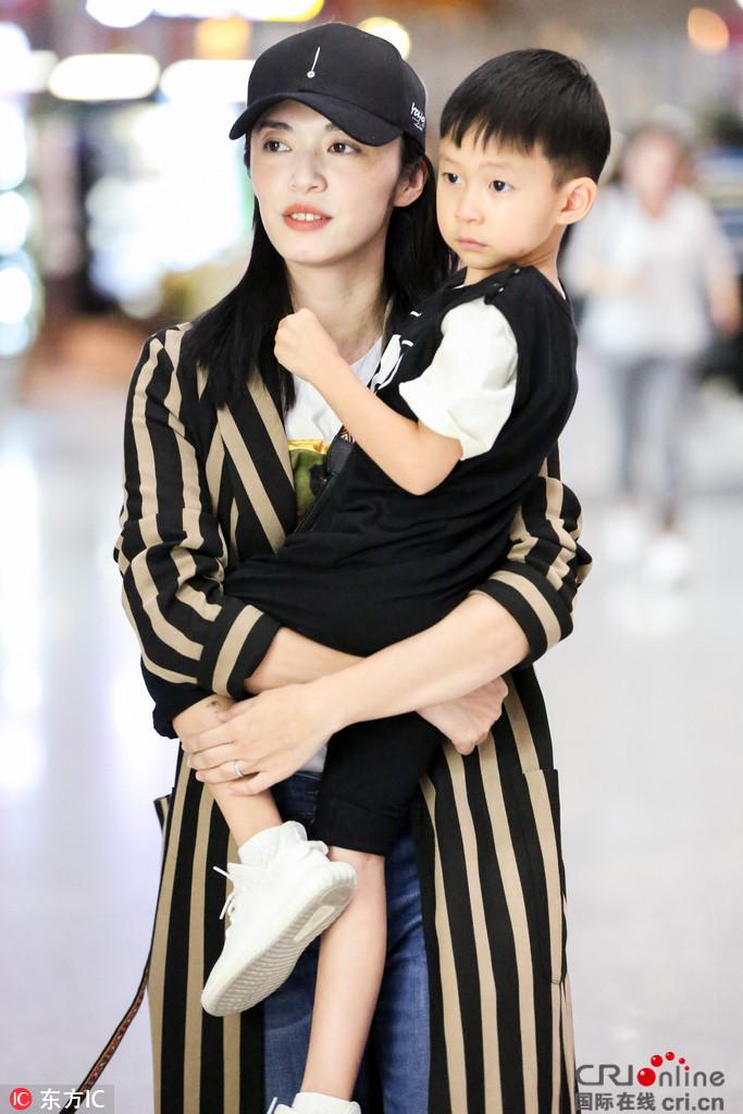 母爱满满!姚晨赴米兰时装周 临行前带着儿子逛遍机场