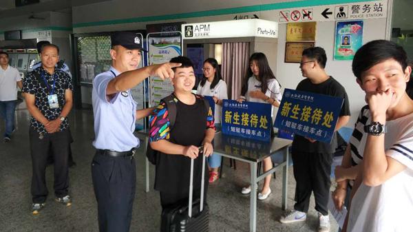 开学季恰逢暴雨来袭 上海警方多方联动开展护校
