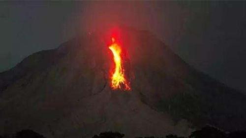 印尼阿贡火山警戒级别升至最高 中领馆发布紧急提醒