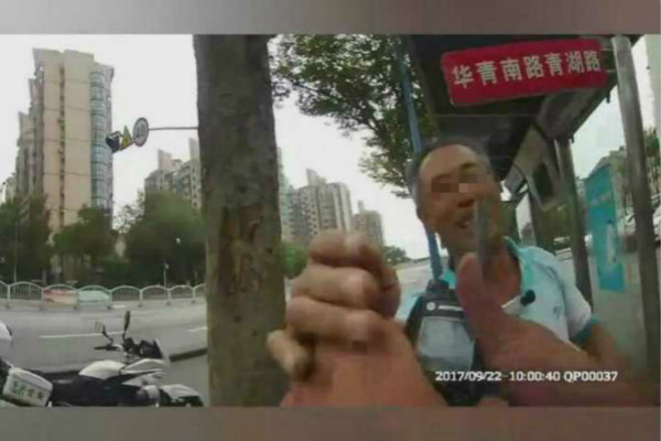 男子因不满被处罚  竟手持车锁挥打交警