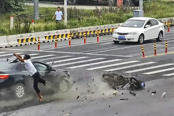 沪一骑车男子被撞飞 消防队员急相救