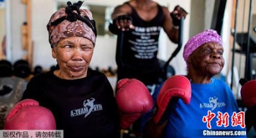挥拳!南非奶奶迷上拳击 强身健体热情十足(图)
