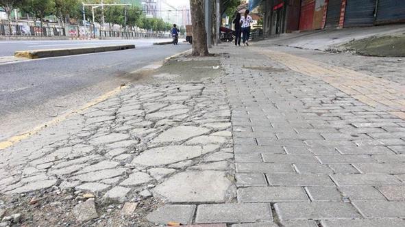 人行道坑洼不平碎石滿地 區相關部門:盡快處理此事