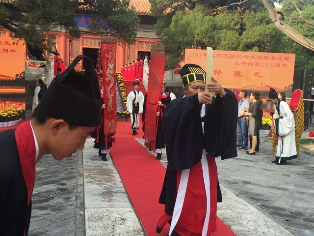 <a href='http://search.xinmin.cn/?q=北京孔庙' target='_blank' class='keywordsSearch'>北京孔庙</a>祭孔 学生礼敬先师