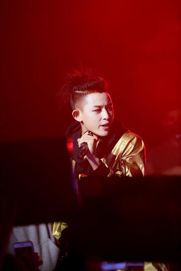 敖犬YH LIVE联合公演首唱新歌 将发首张个人专辑