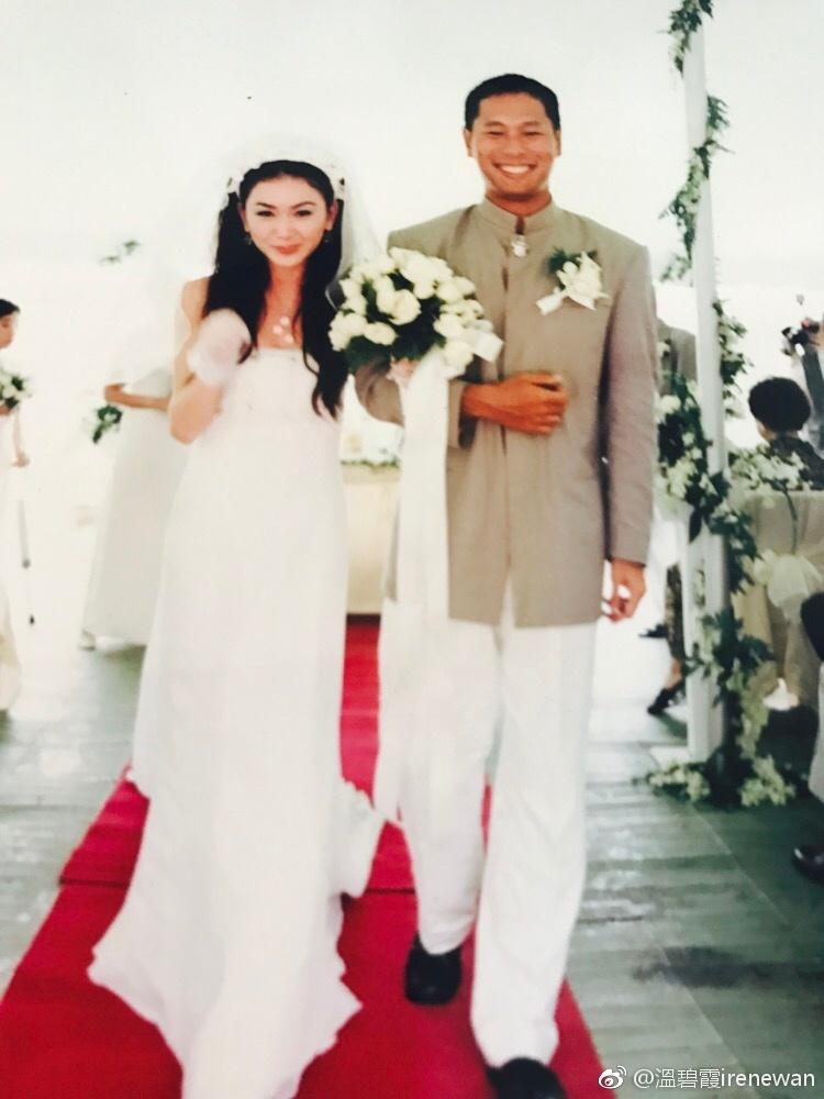 温碧霞结婚纪念日晒婚礼照 与老公甜蜜相拥幸福大笑