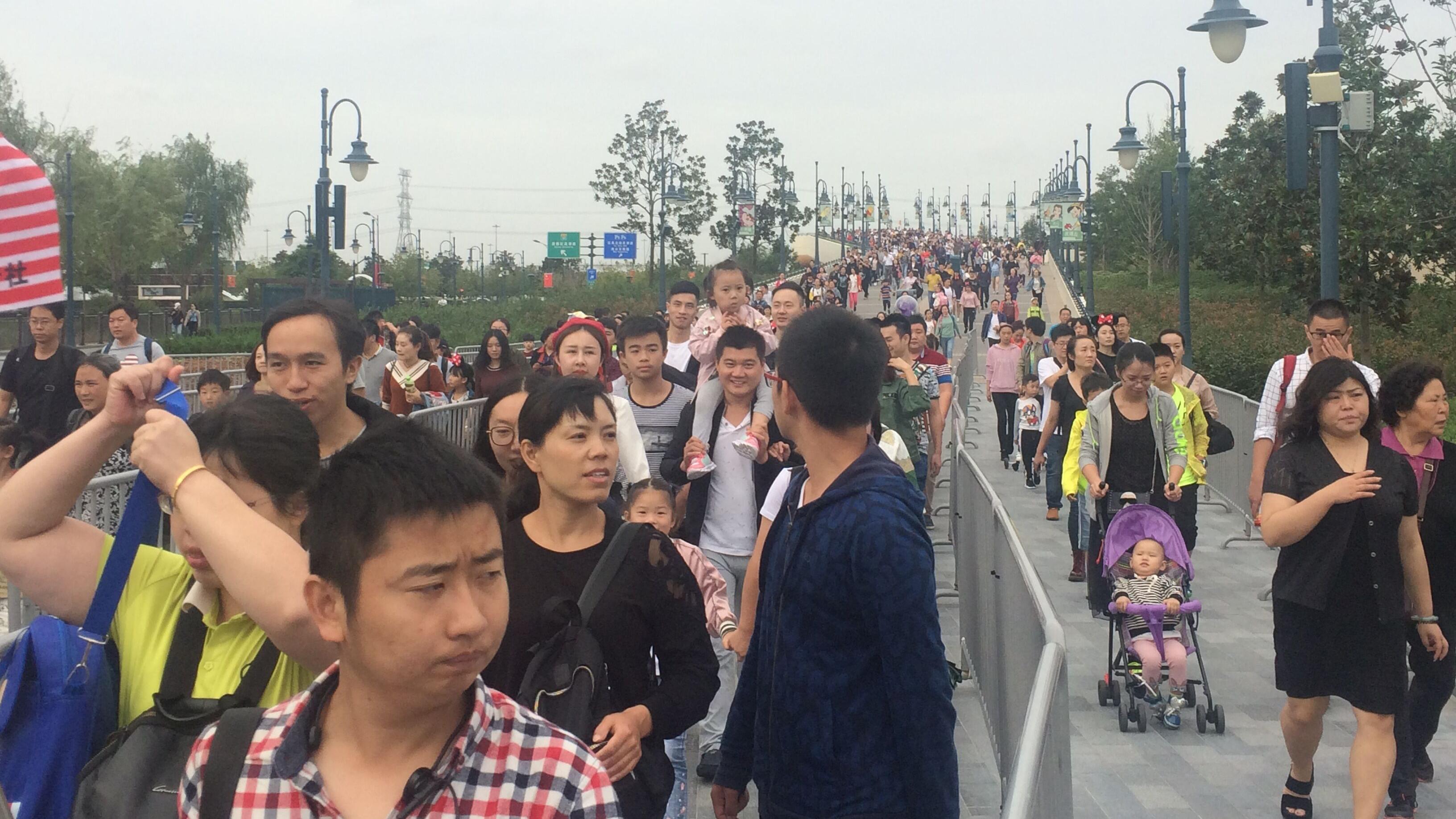 """""""双节""""叠加迪士尼度假区今晨客流超6万 警方联手乐园应对大客流"""