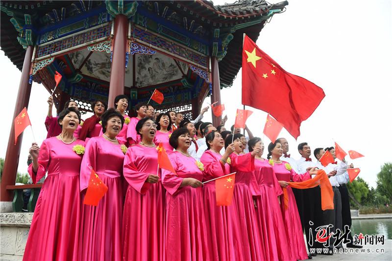邢台:高唱红歌 祝福祖国(组图)