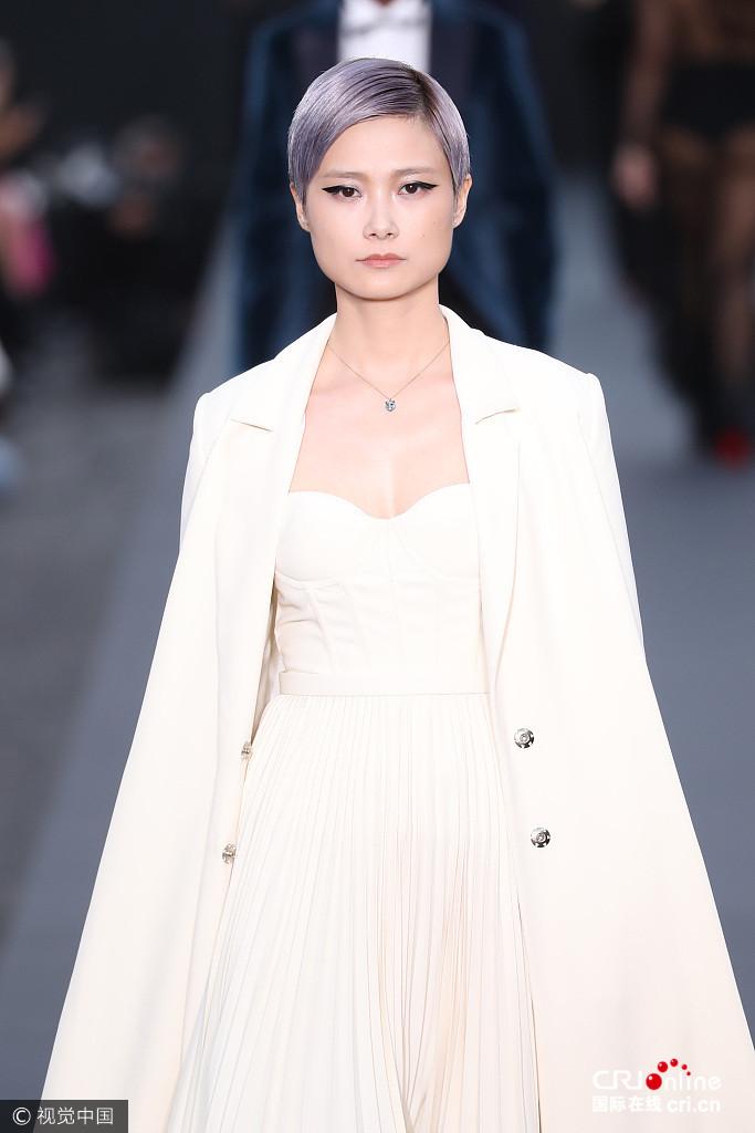 李宇春白裙披大衣登台走秀 气场十足华丽唯美
