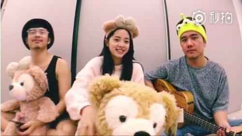 欧阳娜娜录制唱歌视频 赵丽颖发现吉他手在打瞌睡