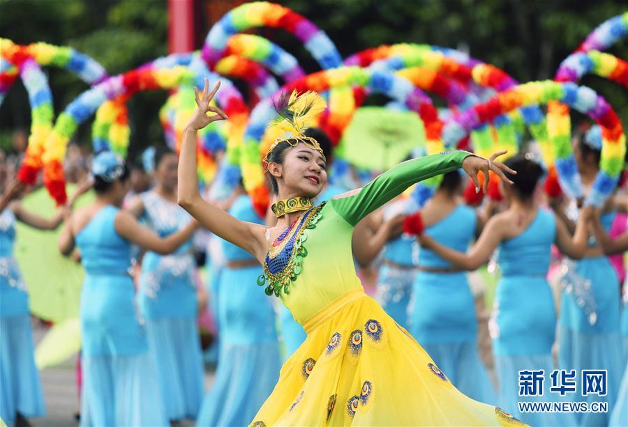 云南瑞丽中缅胞波狂欢节开幕