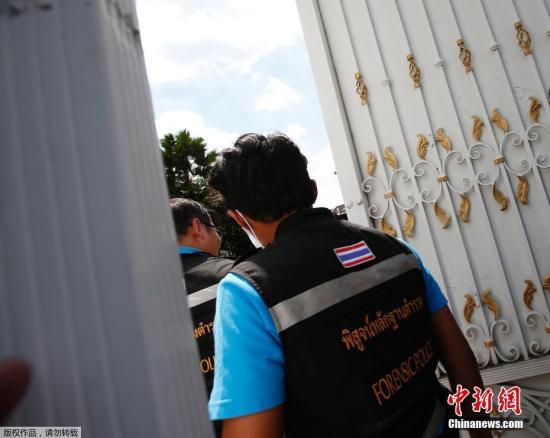 当地时间9月28日,泰国曼谷,警方和法医技术专家准备搜查泰国前总理英拉的住所。<a href='http://search.xinmin.cn/?q=泰国总理' target='_blank' class='keywordsSearch'>泰国总理</a>巴育28日透露,前总理英拉目前身在阿拉伯联合酋长国的迪拜。