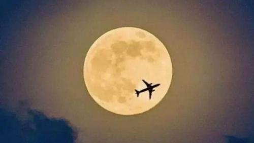 """正确的时间,正确的地点,你能看到""""正确""""的""""满月"""""""