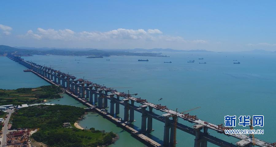 我国首座跨海公铁两用大桥开建公路桥面