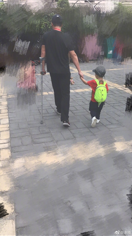 父爱如山!吴京拄拐接送儿子温馨有爱(图)