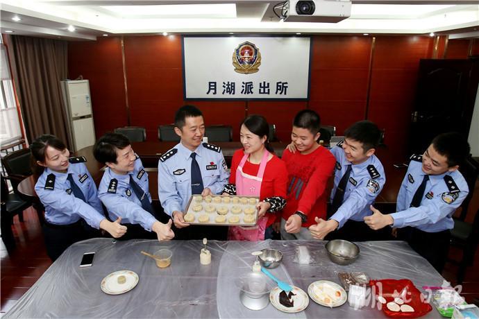 武汉警察丈夫中秋执勤 警嫂到派出所做月饼