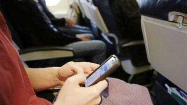 10月2日,从广州飞往杭州的CZ3803航班即将从广州白云机场起飞时,一名女性旅客不听其他旅客和机组人员劝阻,执意接打手机,并指责机组成员神经病、吓着她了。起飞后,安全员报告机长并通知地面公安,航班在杭州落地后,该旅客被依法处以行政拘留三天的处罚。   2日中午约11时50分,CZ3803航班已推出滑行。当飞机即将进入跑道起飞时,31J座位的一位女性旅客竟然拿出手机打起电话来。机上安全员立即进行劝阻,该旅客却置若罔闻。安全员只好开启机上执勤记录仪,向该旅客亮明身份,并再次要求该旅客关闭手机。在
