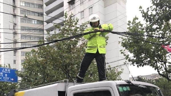 暴雨来临刮断缆线 交警现场抢修排除险情