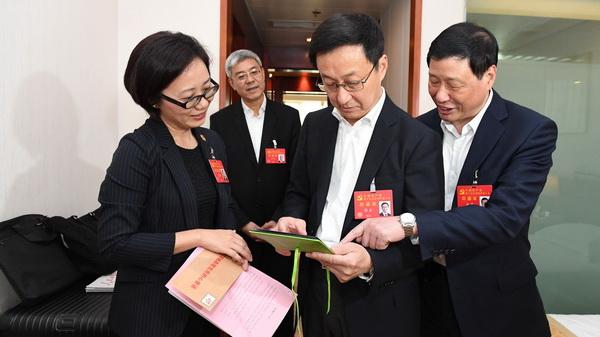 韩正、应勇在驻地看望出席党的十九大上海代表