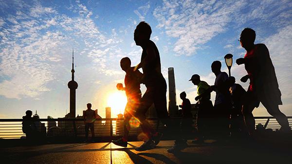 【砥砺奋进的五年】十九大时光 | 清晨江边去跑步 练完乘公交回家
