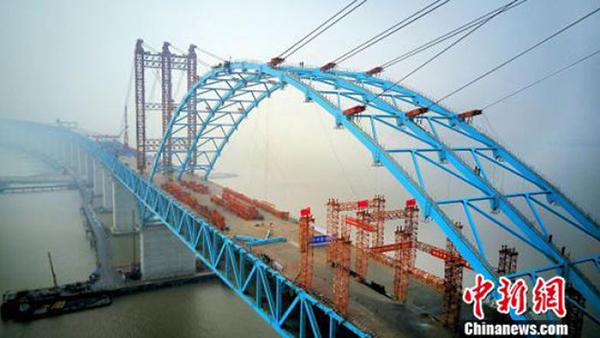 全球跨度最大公铁两用钢拱桥拱肋合龙 南通1小时到上海
