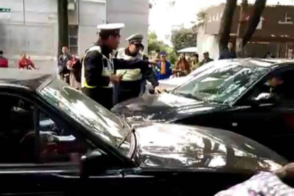 金山一男子不听劝阻 驾车冲顶交警被制服