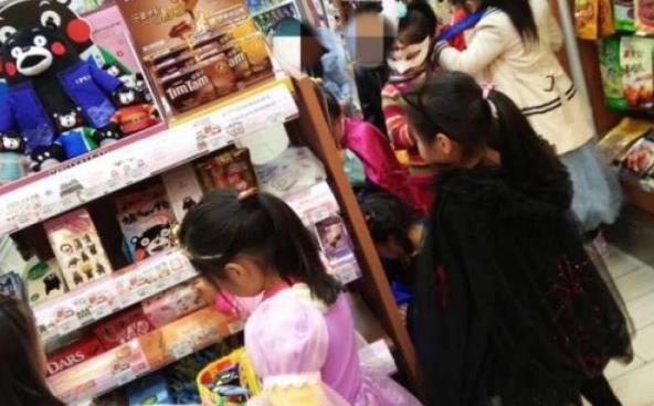 万圣节家长带娃到便利店要糖果?店家:店员主动买单