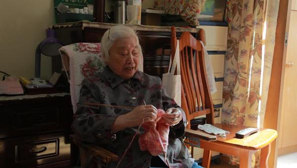"""87岁上海老奶奶14载织500件爱心毛衣 登记遗体捐献做""""最后贡献"""""""