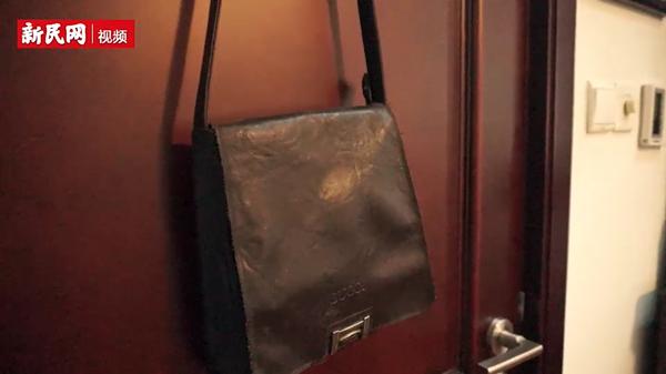 这位上海爷叔卧室里的每件东西都比他年纪大,包括这个GUCCI挎包!