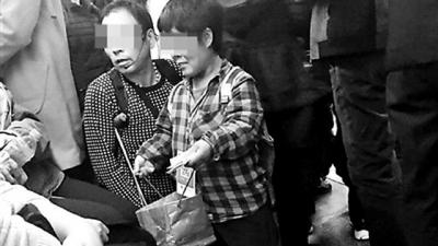 北京地铁上现乞讨者身上挂二维码 可扫码给钱