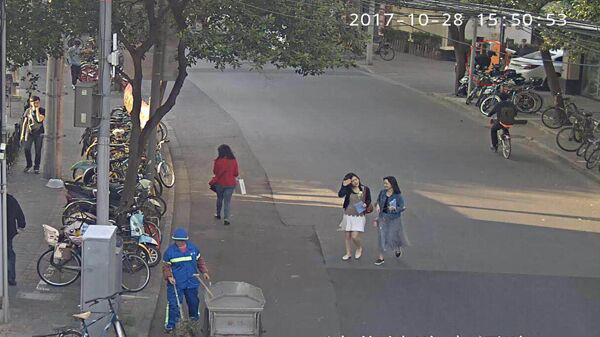 视频记录精彩瞬间 80后热心市民飞扑勇擒偷车贼