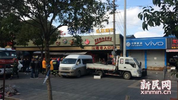 浦东祝桥镇一家得乐超市内发生坍塌 已经救出7人