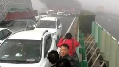 安徽高速30余辆车连环相撞致4车起火 已救出17人