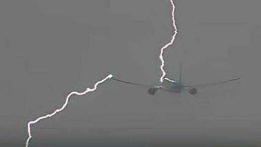 荷兰客机起飞遇闪电   从机头被劈到机翼