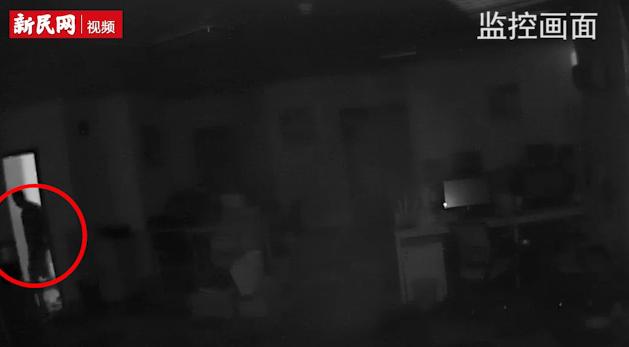 笨贼深夜溜进商厦撬门行窃 技防远程报警秒擒小偷