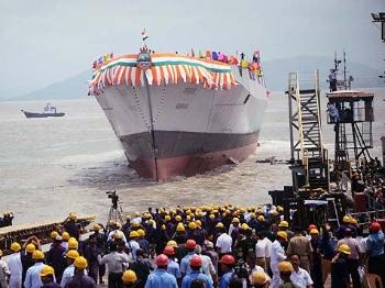 """【兵器】印度国产""""未来驱逐舰""""在孟买下水"""