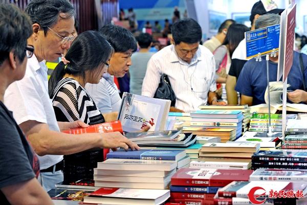 2015上海书展读者在淘书 新民晚报记者 郭新洋 摄.jpg