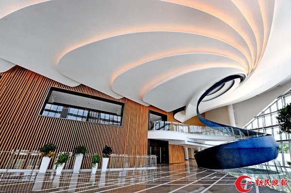 上海国际舞蹈中心2号楼舞蹈剧场大堂旋转楼梯,形似舞动的飘带-郭新洋.jpg