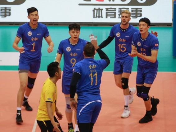 这在排球比赛中并不多见.   上海男排获胜的四局比分是25比20、20比