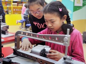 """金鸡报晓话教改   申城中小学已有千余个""""创新实验室"""""""